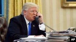 Presiden AS Donald Trump melakukan pembicaraan telepon di Gedung Putih (foto: dok).