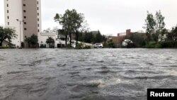 Jalanan di kota Wilmington, North Carolina, tergenang banjir akibat badai Florence, Jumat (14/9).