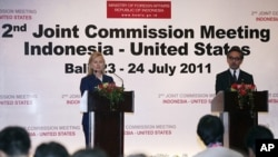 Indonesian Foreign Minister Marty Natalegawa, right, and U.S. Secretary of State Hillary Rodham Clinton, left, attend their joint press conference at a Joint Commission meeting between the two countries in Nusa Dua, Bali, Indonesia, Sunday, July 24, 2011.