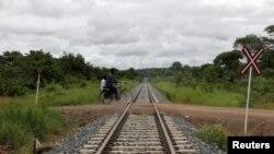 Seorang pria melintasi persimpangan kereta api di wilayah Moatize, provinsi Tete, Mozambik (Foto: dok). Radio Mozambik melaporkan sedikitnya dua orang tewas dan satu orang terluka saat kelompok bersenjata menyerang jalan utama di provinsi Sofala, Mozambik, Jumat (21/6).