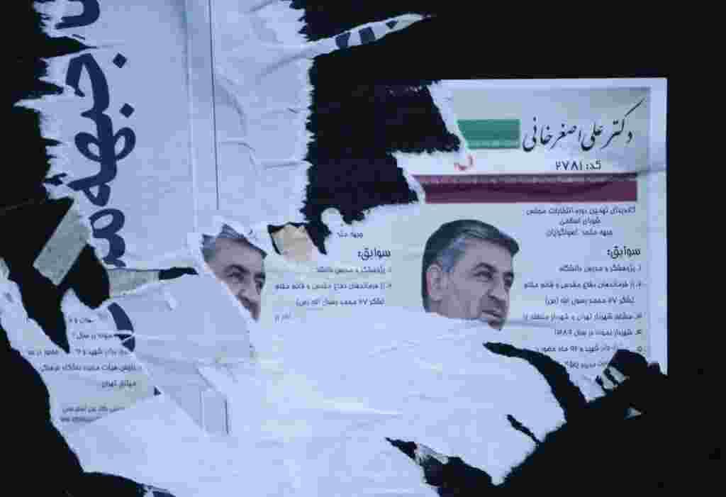 Posters electorales fueron destruidos en medio de la campaña electoral en Irán.