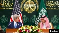 Ngoại trưởng Mỹ John Kerry (trái) tham dự một cuộc họp báo với Ngoại trưởng Ả Rập Saudi Saud Al Faisal ở Riyadh hồi tháng 3 năm 2015.