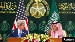 AQSh Davlat kotibi Jon Kerri (chapda) Saudiya Arabistoni Tashqi ishlar vaziri Saud ibn Faysal ibn Abdulaziz al-Saud bilan matbuot anjumanida, Riyod, 5-mart, 2015-yil