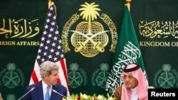 John Kerry (à g.) et le ministre saoudien des Affaires étrangères Saud bin Faisal bin Abdulaziz al-Saud à Riyadh (Reuters)