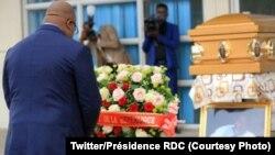 Président Félix Tshisekedi atiki fololo liboso ya sanduku ya nzoto ya Charles Kilosho, moko na basungi baye, na lopitalo ya Cinquantenaire, Kinshasa, 26 mai 2020. (Twitter/Présidence RDC)