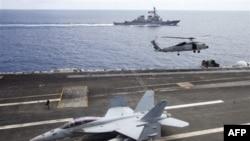 Chiến đấu cơ F/A-18F Super Hornet của Hải quân Mỹ trên Hàng không mẫu hạm USS George Washington (CVN-73), trong ảnh chụp cuối năm 2011 ở Biển Đông