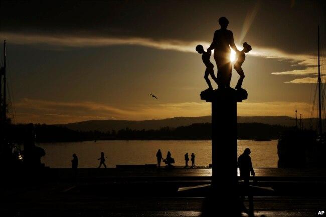 Na Uy vươn lên vị trí thứ nhất trong Báo cáo Hạnh phúc Thế giới năm 2016. Na Uy cũng tự hào về hệ thống chăm sóc y tế toàn dân, tỉ lệ thất nghiệp thấp và các chương trình phúc lợi xã hội hào phóng khác.