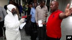 """Pregled putnika na međunarodnom aerodromu """"Murtala Mohamed"""" u najvećem gradu u Nigeriji - Lagosu..."""