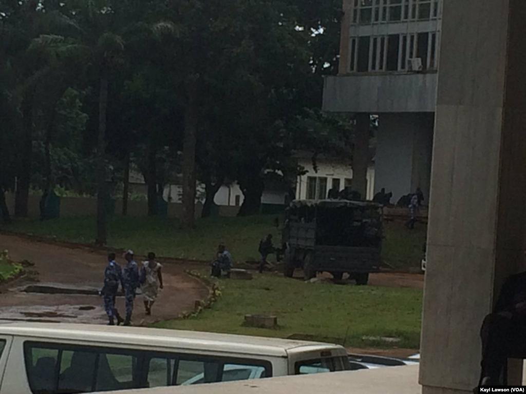 Le siège du parlement sous haute surveillance policière à Lomé, Togo, le 12 septembre 2017. (VOA/Kayi Lawson)