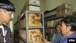 Gubernur Jawa Tengah Ganjar Pranowo (kiri), musisi Sam Bimbo (tengah) dan Rhoma Irama melihat-lihat koleksi Lokananta di Solo (15/10). (VOA/Yudha Satriawan)