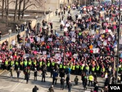 Marchers gather in the Grant Park area of Chicago, Jan. 20, 2018. (K. Farabaugh/VOA)