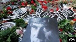 Para pendukung wartawan Hrant Dink yang menuntut keadilan atas terbunuhnya wartawan etnis Armenia tersebut, meletakkan bunga di luar kantor Harian Agos, di istanbul, Turki (19/1).