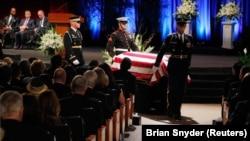 Počasna garda iznosi kovčeg sa telom Džona Mekejna iz crkve u Arizoni
