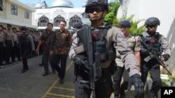 "Gubernur nonaktif Jakarta Basuki ""Ahok"" Tjahaja Purnama, dikawal polisi anti-teror saat meninggalkan Pengadilan Jakarta Utara (20/12). (AP/Adek Berry)"
