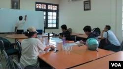 Suasana tempat kursus bahasa Ibrani di Jakarta. (Foto: VOA/Fathiyah)