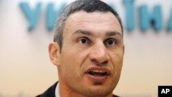 Đương kim vô địch quyền anh hạng nặng thế giới Vitali Klitschko là võ sĩ thứ tư trên thế giới, sau Muhammad Ali, Evander Holyfield và Lennox Lewis, giành chức vô địch quyền anh hạng nặng được 3 lần
