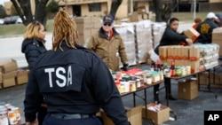 Según CNN, que publicó un comunicado de TSA el envío de empleados a la frontera servirá para ayudar a los agentes de inmigración durante una ocupada temporada de verano en los cruces fronterizos.