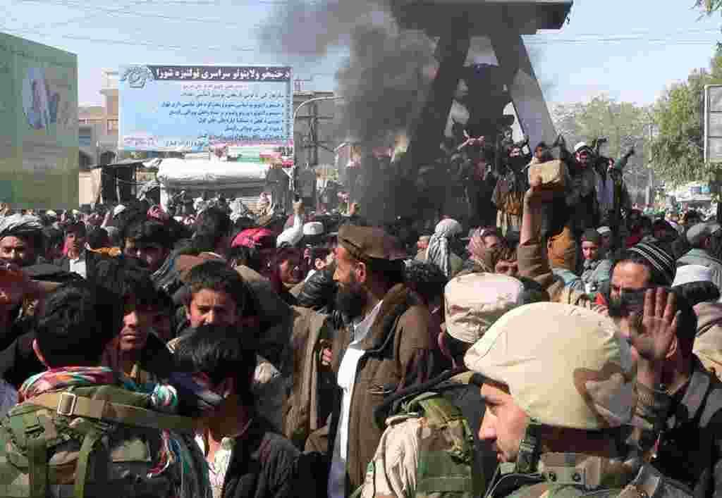 """Miles de personas participaron en manifestaciones en diferentes lugares de Afganistán. Algunos manifestantes gritaban """"Muerte a Estados Unidos""""."""