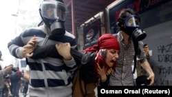 便衣警員拘捕示威者