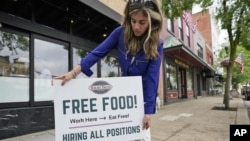 Oglas za zapošljavanje ispred restorana u mjestu Chagrin Falls, Ohio. (Foto: AP/Tony Dejak)