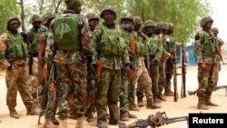 이슬람 무장세력 축출에 나선 나이지리아 군이 지난 13일 북동부 보르노주 마이두구리 시에 배치된 모습.