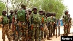 Tentara Nigeria terlihat di pinggiran kota Maiduguri di negara bagian Borno di timur laut. (Reuters/Tim Cocks)