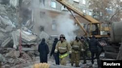 Nhân viên cấp cứu làm việc tại hiện trường tòa nhà chung cư bị sập vì nổ gas ở Magnitogorsk, Nga, ngày 31 tháng 12, 2018.