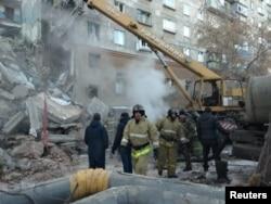 ایمرجینسی ورکرز اپارٹمنٹ بلڈنگ کے تباہ ہونے والے حصے میں امدادی کارروائیاں کر رہے ہیں۔ 31 دسمبر 2018