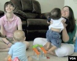 Lindsey Ward i Amanda Brewer sa svojim mališanima