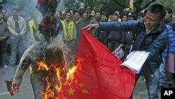 1月17号,流亡印度的藏人在新德里焚烧中国国旗和代表中国官员的人像以示抗议。