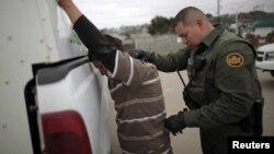 Un agente de la patrulla fronteriza detiene a un indocumentado en San Ysidro, California.