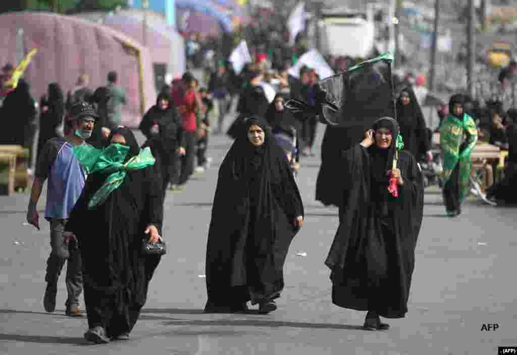 عراق کے دارالحکومت بغداد سے زائرین حضرت امام حسین کے چہلم میں شرکت کے لیے پیدل کربلا جا رہے ہیں۔