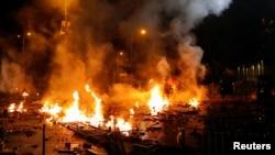 Aksi demonstrasi di Hong Kong Polytechnic University berakhir rusuh hari Minggu malam (17/11).