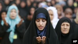 伊拉克什葉派穆斯林婦女星期五在巴格達伊斯蘭最高委員會總部外面參加宰牲節禱告