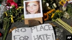 Hoa và di ảnh của Heather Heyer, được đặt tại nơi Heather Heyer thiệt mạng tại Charlottesville, Va., ngày 13/8/2017 khi một chiếc xe đâm vào đám đông biểu tình.
