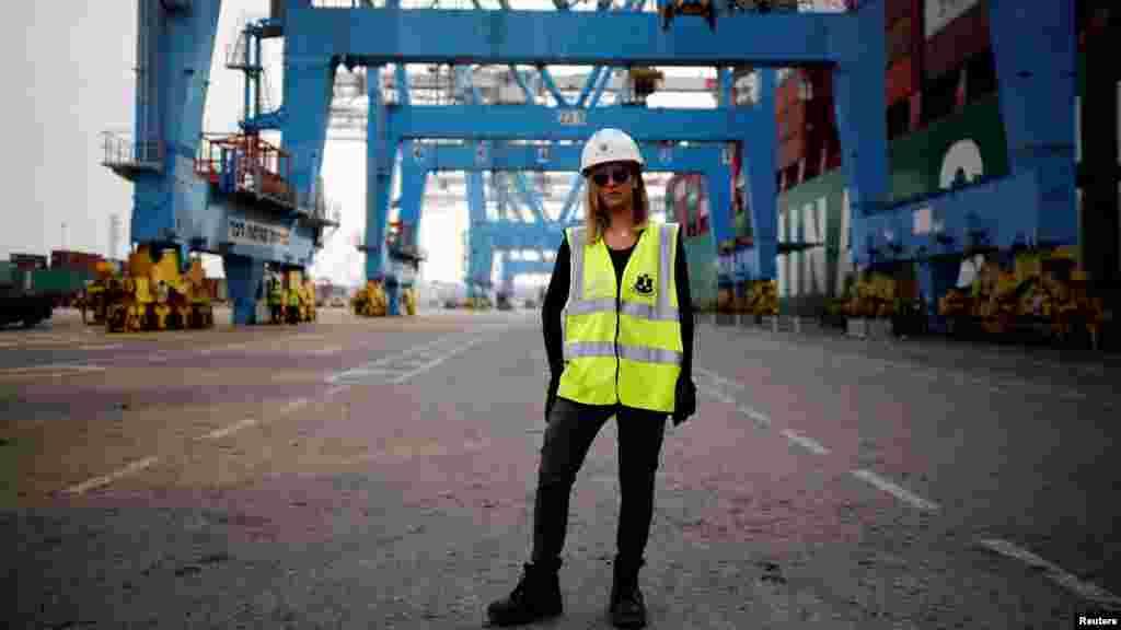 Liz Azoulay, 26 ans, qui charge et décharge la cargaison au port d'Ashdod, à Ashdod, dans le sud d'Israël, le 22 février 2017.
