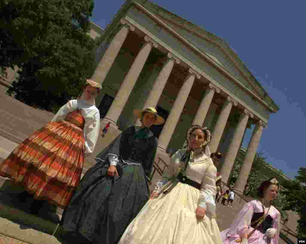 Дамы - участницы парада в платьях викторианской эпохи