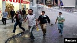 Người biểu tình chống chính phủ bỏ chạy tránh vòi rồng và hơi cay của cảnh sát tại Ankara, ngày 5/6/2013.