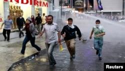 Anti vladini demonstranti u Ankari beže kako bi izbegli udar vodenih topova, 5, juni, 2013.
