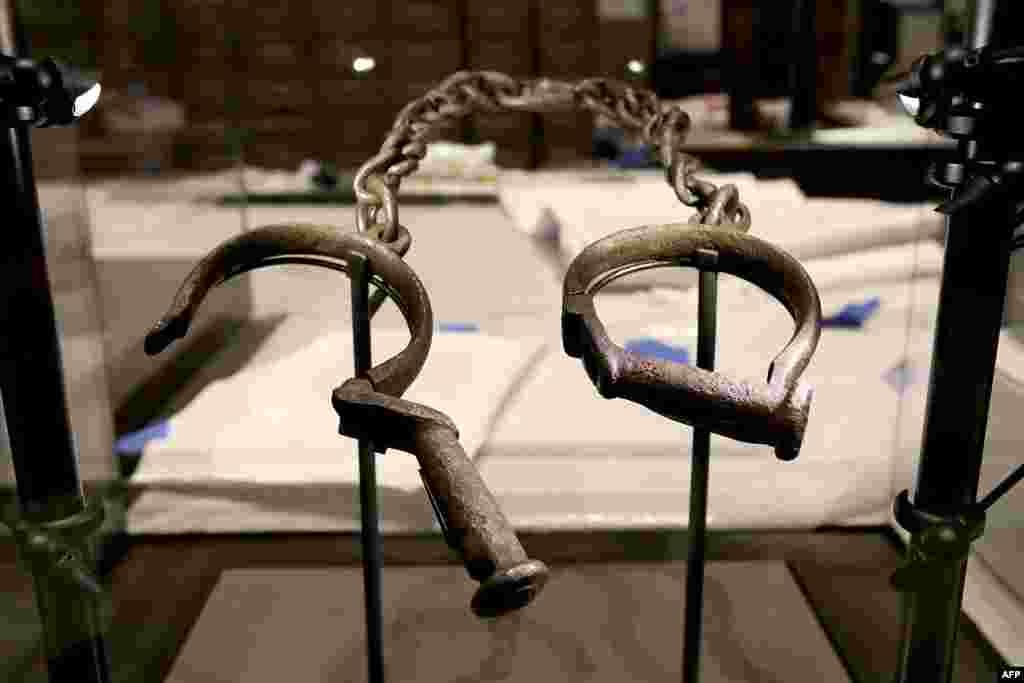 Une paire de chaînes utilisée pour attache aux pieds des esclaves est exposée dans la gallérie de l'esclavage et de la liberté dans le Musée national d'histoire et de la culture afro-américaine, à Washington, DC, 14 septembre 2016.