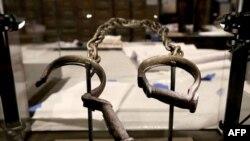 Une pair de menottes est montrée dans la galerie de l'esclavage et de la liberté au musée national de l'histoire et de la culture Africaine-Américaine ouvert le samedi 24 septembre, à Washington DC.