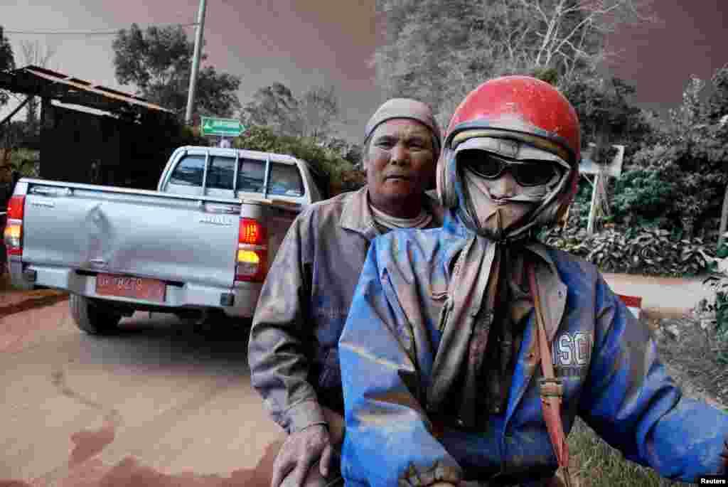 ពលរដ្ឋដែលមានមុខប្រលាក់ដោយផេះចេញពីភ្នំភ្លើង ជិះម៉ូតូខណៈពេលដែលភ្នំភ្លើង Mount Sinabung បានផ្ទុះក្នុងភូមិ Sukandebi នៅក្នុងតំបន់ Karo Regency ភាគខាងជើងកោះស៊ូម៉ាត្រា ប្រទេសឥណ្ឌូនេស៊ី កាលពីថ្ងៃទី១៣ ខែមិថុនា ឆ្នាំ២០១៥ ។ រូបថតផ្តល់ដោយ ៖ Antara Foto ។