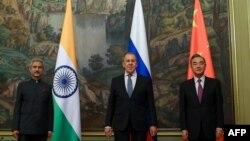 په دې تصویر کې د هندوستان خارجه وزیر اېس جی شنکر، د روس خارجه وزیر سرکی لاورو او د چین سټېت کاونسلر وانګ يي ولیدل کیږي