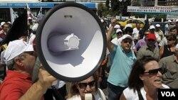 Para demonstran Yunani melakukan demonstrasi di luar gedung parlemen di Athena (21/6).
