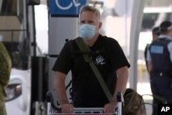 澳大利亚金融评论驻沪记者迈克·史密斯(Mike Smith)2020年9月8日抵达悉尼机场。