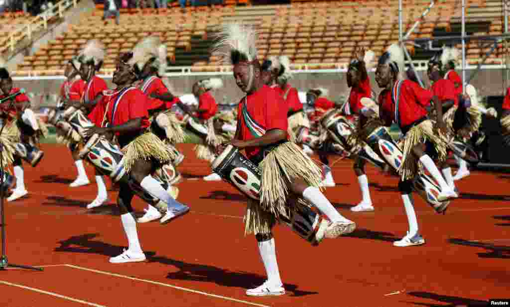 Traditional dancers entertain guests using drums before the official swearing-in ceremony of Kenya's Uhuru Kenyatta at Kasarani Stadium, Nairobi, April 9, 2013.