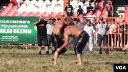 Turnamen gulat minyak Kirkpina kembali digelar tahun ini di kota Edirne, Turki, setelah setahun absen karena pandemi COVID-19. (Foto: VOA video/screenshot)