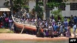 Des naufragés secourus après un accident sur le lac Victoria, le 22 septembre 2018.
