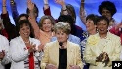 Anggota Kongres AS, Louise Slaughter (tengah) dari New York dalam konvensi nasional Partai Demokrat (foto: dok). Kini makin banyak perempuan AS yang ikut jadi calon anggota Kongres.