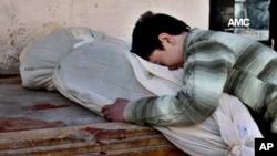 Seorang anak Suriah menangisi ibunya yang tewas dalam serangan udara yang dilakukan oleh pemerintah di Aleppo, Suriah.
